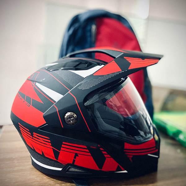プラスチック製のオートバイのヘルメット