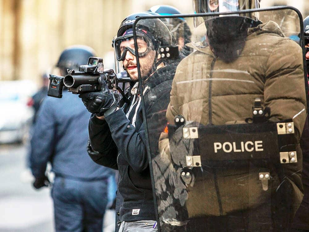 暴動鎮圧のために2人の警察官がライオットシールドを使う