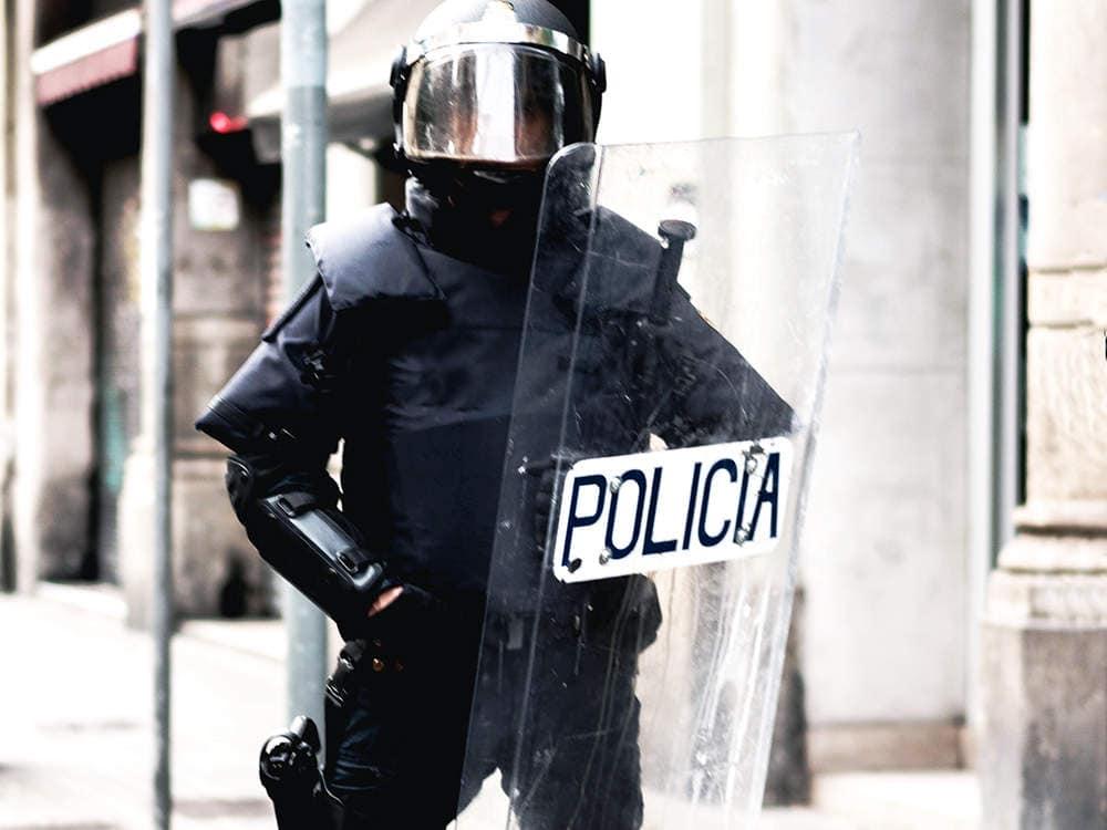 フランスの警察官がライオットシールドを使って暴動を鎮圧しています。